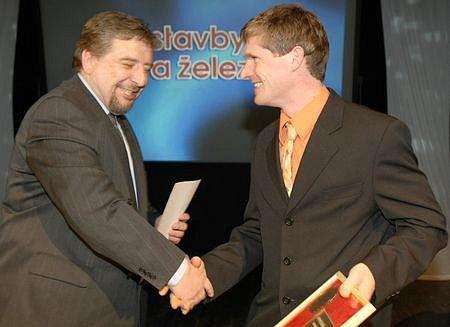 Čenu za 6.místo převzal Michal Šlesingr, biatlon SKP Jablonec, od šéfredaktora severočeských Deníku Miroslava Pakosty.
