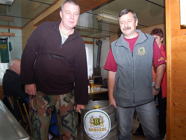 Vedoucí Dřevěnky Martin Ryml  (vlevo) přebírá sud od zástupce Pivovaru Rohozec Jiřího Vedrala.