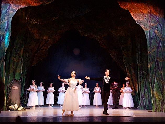 MIZUNO NAGATA v roli Giselle a VLADIMIR GONČAROV v roli Vévody Alberta předvedli své taneční umění v jabloneckém Městském divadle při nedělním představení baletu Adolpha Charlese Adama, se kterým zde hostovalo Severočeské divadlo z Ústí.
