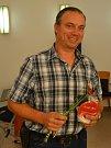 Plukovník liberecké protichemické obrany Karel Navrátil, vojenský kaplan Petr Šabaka a ředitelka Českého červeného kříže Jablonec předávali medaile Dr. Janského bezpříspěvkovým dárcům krve v kapli jablonecké nemocnice.