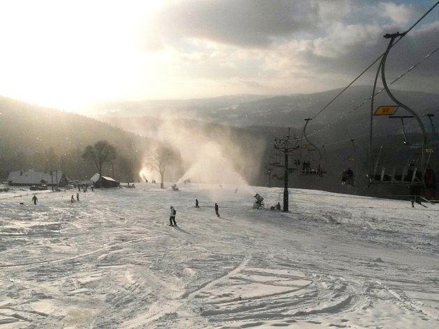 Sněžná děla ve skiareálu Rejdice jedou na plné obrátky. Od pondělí 29. prosince tu lyžují i s večerním lyžováním.