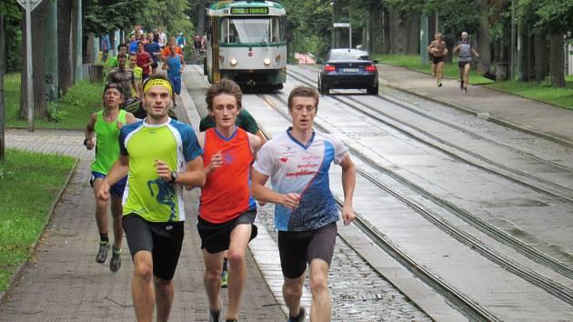 Běží už před tramvají