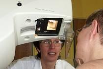 Preventivní vyšetření na mamografu i v jablonecké nemocnici trvá jen několik minut, lékař může následně provést ještě sono, aby měl on i pacientka jistotu, že je vše v pořádku.
