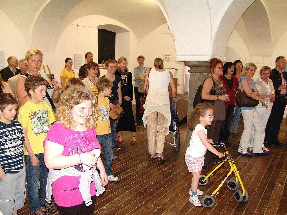 """Výstava """"Hende helfen"""" - """"Ruce pomáhají"""" je výsledkem roční spolupráce  Evropského výtvarného centra pro postižené děti  Sněženka ve Smržovce a  Soukromého pomocného  centra pro tělesně postižené K-Schule v německém Passau."""