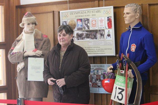 Miloš Morávek (vbílém svetru na fotkách) je autorem zajímavé výstavy kZOH vGrenoblu, která se konala před padesáti lety. Na fotografii ještě Dana Beldová - Spálenská a Pavel Benc.