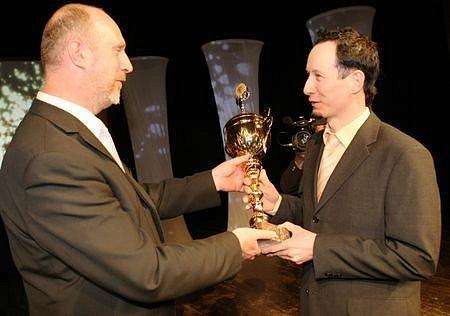Lukáš Bauer převzal cenu od hejtmana Libereckého kraje Petra Skokana