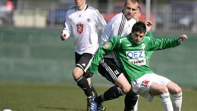 Juniorka porazila Hradec 1:0. Anes Haurdić z Jablonce v souboji s Jakubem Novákem z Hradce.