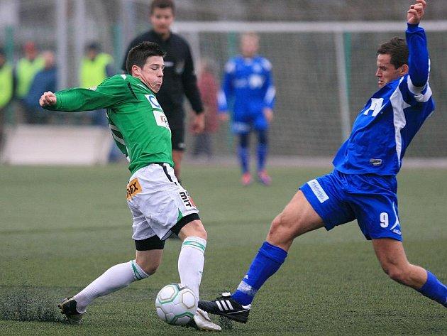 Fotbalisté Baumitu Jablonec B doma smolně prohráli 0:1 s Dvorem Králové (v modrém).