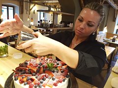 """S CUKREM na posyp šetřit nemusíte, ale do krému dávejte jen podle chuti. """"Vynikne tak pikantnost ovoce,"""" poradila cukrářka Tereza Rálišová. Exkluzivně pro čtenáře prozradila italský recept na Frutti di Bosco."""