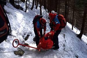 Během pouhých tří minut dostali o Velikonoční neděli odpoledne členové HS v Peci pod Sněžkou hned tři žádosti o pomoc od zraněných turistů na různých místech pohoří. Foto HS Pec pod Sněžkou