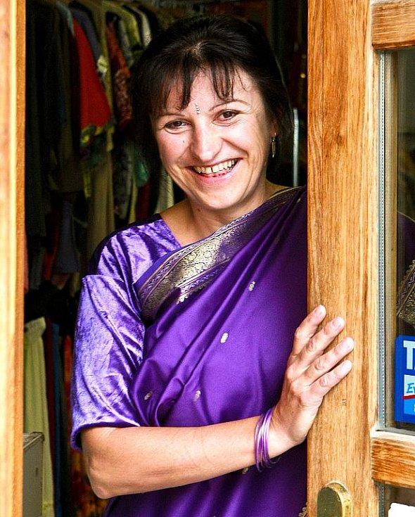 Zita Junková. Původním povoláním učitelka, dnes obchodnice s indickým  oblečením.  Země, jež je někdy označována za největší demokracii světa, ji oslovila. V jejím srdci cítí dotek samotného Života.