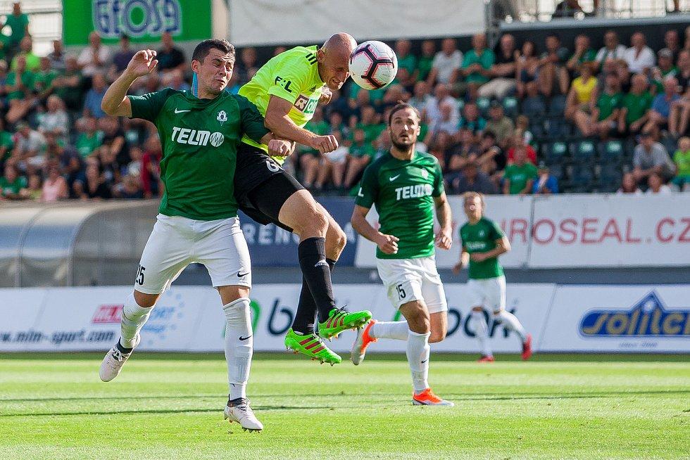 Zápas 4. kola první fotbalové ligy mezi týmy FK Jablonec a MFK Karviná se odehrál 11. srpna na stadionu Střelnice v Jablonci nad Nisou. Na snímku zleva Vladimir Jovović a Marek Janečka.