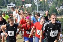 Celkem devět stovek běžců se letos vydá vstříc vražednému kopci harrachovského můstku.