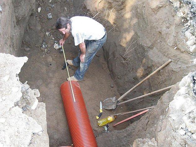 Výstavba kanalizace. Ilustrační snímek.