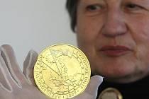 Autorkou zlaté investiční medaile k předsednictví České republiky v Radě Evropské unie je akademická sochařka Majka Wichnerová, která se na ražbu přijela osobně podívat.