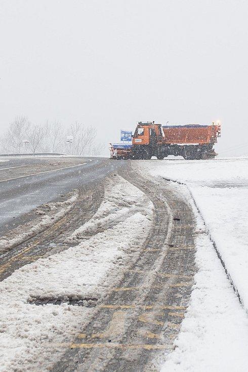 Sněhová nadílka pokryla v noci z 12. na 13. listopadu Jablonecko. Na snímku je situace v Kořenově.