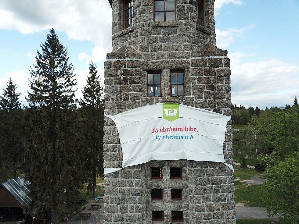 Obří rouška na rozhledně Bramberk v Lučanech nad Nisou.