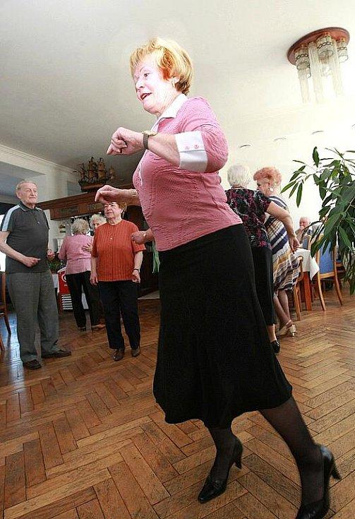 SENIOŘI to ve středu roztočili na Petříně při Velikonočním odpoledni. K poslechu, ale především  k tanci jim hrál Vladimír Lehotai.