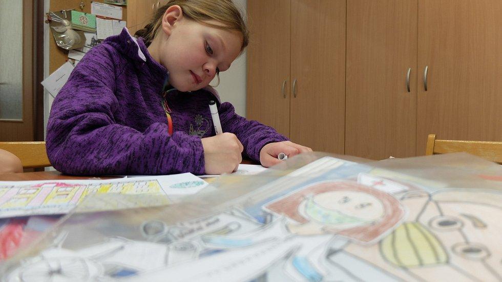 Johanka při kreslení postaviček do filmu Děkujeme!
