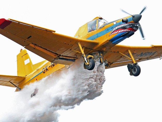 LETECKÉ VÁPNĚNÍ. Během dvou dnů dvojice letadel postupně shodila nad vodárenskou nádrží Souš na pětasedmdesát tun jemně mletého vápence.