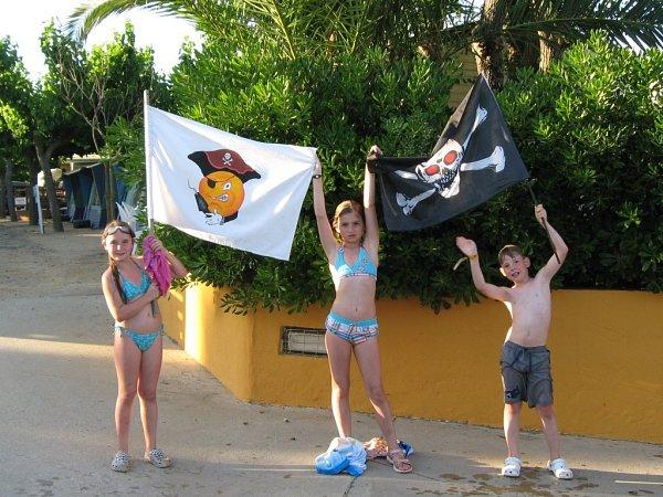 Piráti zJablonce obsadili bazén ipřístupovou cestu… kměstu…