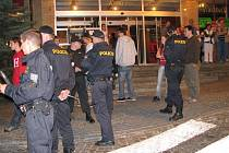Policisté a dav před hotelem Merkur.