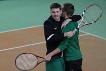 Tenisové klání fotbalistů Baumitu Jablonec. Na snímku Lukáš Třešňák (v černém) a Filip Novák po výhře nad trenéry.