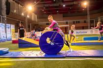 Fotbal za chůze i přes stůl, trampolínu, fotbalový turnaj firem i školáků, exhibiční utkání staré gardy a také ženský fotbal si mohli užít návštěvníci akce Sportima Cup 2020 v jablonecké hale u přehrady.