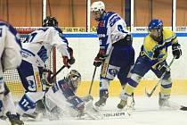 Mladí Vlci získali prvenství také v Krajské lize Královehradeckého kraje, když porazili Nové Město nad Metují (v modrém).