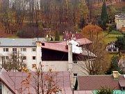 V Libereckém kraji dosahuje síla větru orkánu. Ve Smržovce sroloval plechovou střechu.