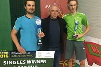 Vítězem je Petr Michnev (vlevo). Od prezidenta ČLTK Bižuterie Miloslava Hajátka (uprostřed) převzal poukaz na 1 310 euro. Druhý byl Niels Lootsma, poražený finalista.