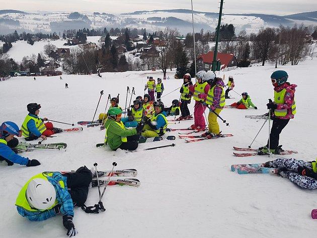 Benecko je nazýváno vzdušnými lázněmi Krkonoš. Leží jen pár kilometrů od Jilemnice a mírné svahy se spoustou kratších vleků vyhledávají nejen rodiče sdětmi, ale také školy pro lyžařské kurzy. Pražské děti mají prázdniny a nejen na Benecku je rušno.