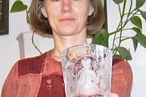 Lucie Pejchová a sklenka s motivem alegorie čtyř kontinentů.