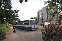 Autobus míří k nádraží ČD Železný Brod. Tam nyní roste dopravní terminál.