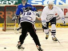 Trénink s trenérem Bílých Tygrů Pavlem Hynkem. Hra tři na tři v jedné třetině Tipsport areny.