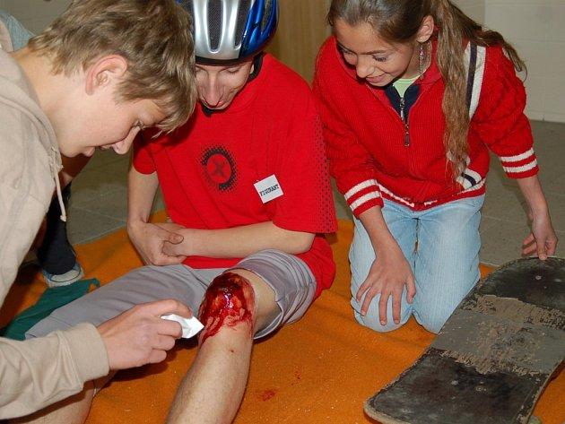 Pěti členné skupinky žáků zákládních škol z prvního a druhého stupně poskytovali první pomoc namaskovaným figurantům. Mezi situace patřilo i zranění kolena a otevřená zlomenina.