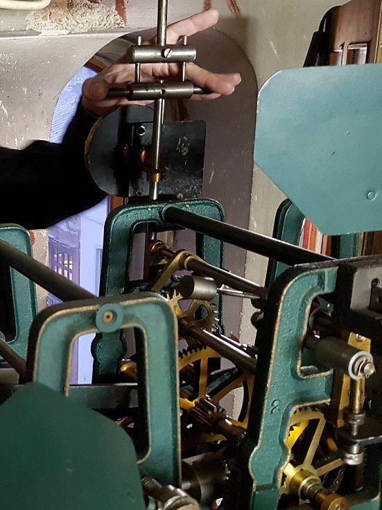 Jen dvoje v Jablonci jsou řízeny elektronicky, stroj v kostele na Horním náměstí a ve Mšeně reaguje na satelitní signál. Všechny ostatní musí hodinář Miloš Zikmund seřídit ručně. Jako například ty ve staré radnici, dnešní Městské knihovně.