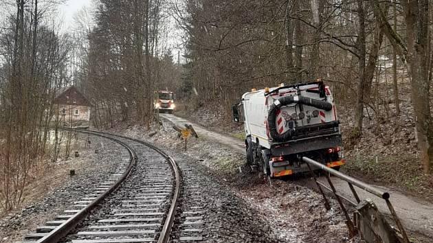 Nákladní auto hrozilo převrácením do kolejiště.