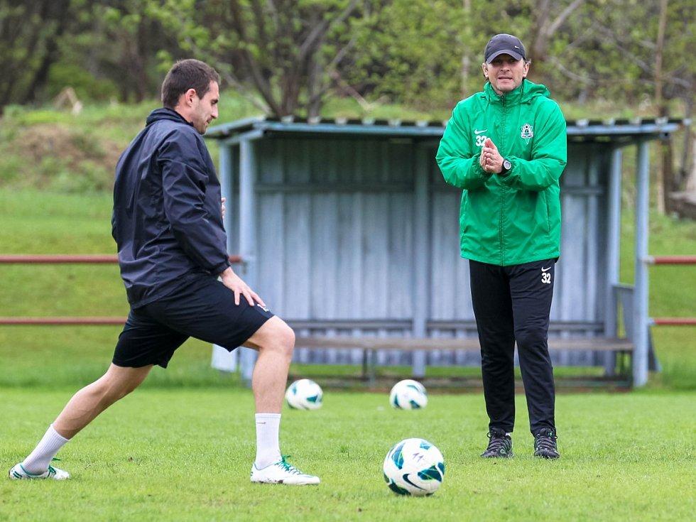 Hráči Baumitu absolvovali v pondělí trénink pod novou trenérskou dvojicí Pavlem Drskem a Romanem Skuhravým. Na snímku hovoří k Lukáši Zoubelemu (vlevo) trenér Roman Skuhravý.