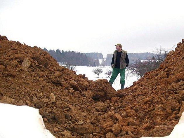 V obci Bzí začala stavba multifunkčního hřiště za osm milionů. Lidem se ale nelíbí způsob práce stavební firmy. Ta zaváží starou polní cestu spojující Bzí se Skuhrovem a Huntířovem.