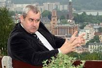Majitel jabloneckého Hotelu s rozhlednou Petřín Evžen Hejsek je přesvědčen, že radnice neměří všem stejným metrem.