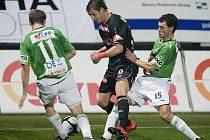 Baumit - Slavia 1:1. Na snímkudomácí hráči Tomáš Čížek ( vlevo s č. 11 )ma Luboš Loučka (vpravo č. 15 ) se snaží připravit o míč slávistického Rudolfa Skácela ( uprostřed ).