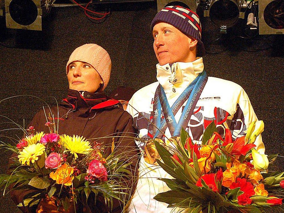 Několik stovek fanoušků přivítalo v úterý v podvečer na Božím Daru lyžaře Lukáše Bauera, který na právě skončené Olympiádě ve Vancouveru vybojoval dvě bronzové medaile.