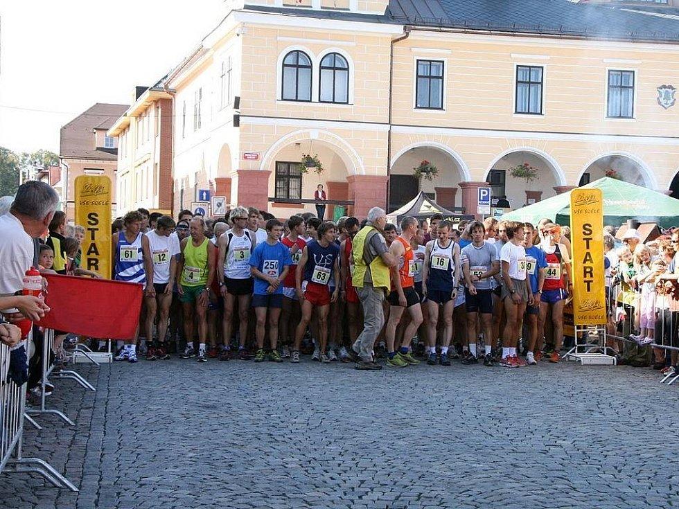 42. ročník závodu do vrchu Jilemnice – Žalý. Na snímku start hlavní kategorie na 10 km.