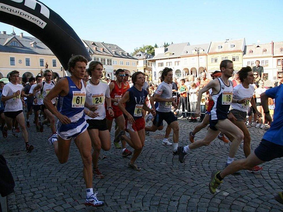 42. ročník závodu do vrchu Jilemnice – Žalý. Na snímku start hlavní kategorie na 10 km. Se 16 vyráží pozdější vítěz Jan Havlíček a 53 má na dresu Martin Koukal.