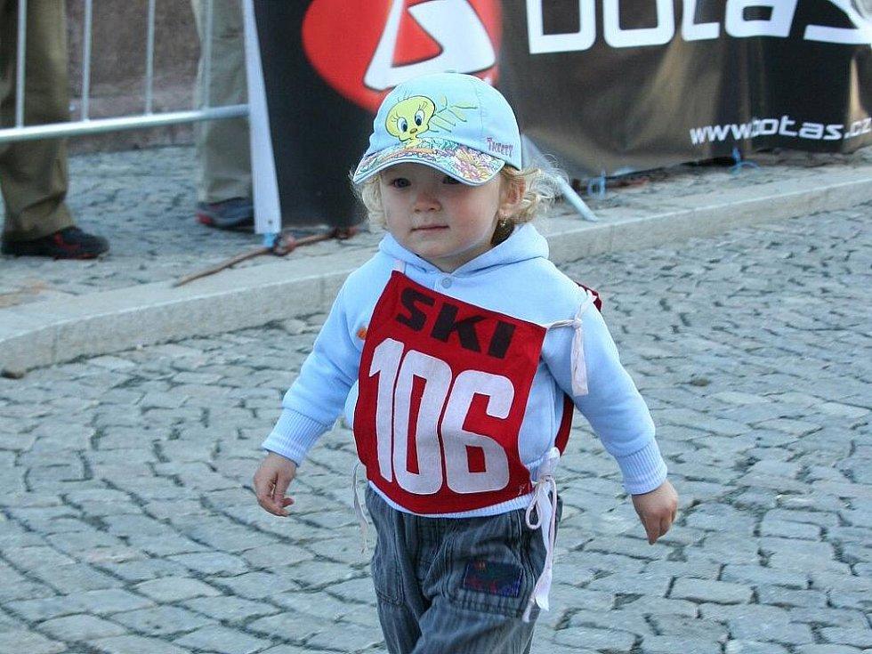 42. ročník závodu do vrchu Jilemnice – Žalý. Součástí byl i Běh zámeckým parkem pro mládež a Lízátkový běh pro nejmenší děti. Na snímku účastník Lízátkového běhu.