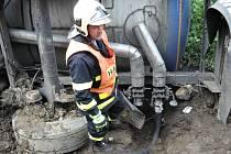Přečerpávání oleje do náhradní cisterny bylo náročné a zdlouhavé, protože látka na vzduchu chladla a tuhla.