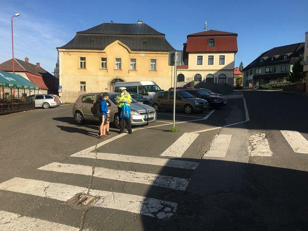 Součinnostní akce Policie ČR s Městskou policií u přechodu pro chodce před základní školou v Semilech.