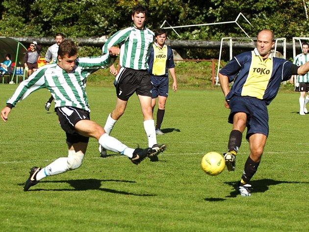 Tým Velkých Hamrů B (pruhované dresy) doma nezdolal Harrachovské fotbalisty, kteří zde zvítězili 5:0.