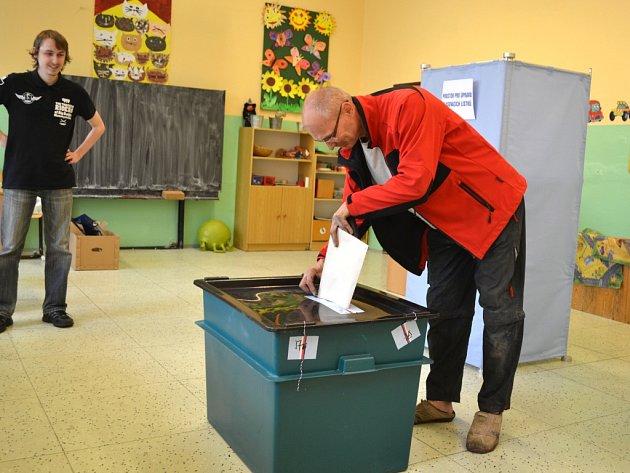 11. října, druhý den voleb do zastupitelstev měst a obcí na Jablonecku, volební okrsek č. 6ZŠ Sokolí. Úplně poslední volič pár vteřin před 14.00.Tomáš Hercík volil ANO.